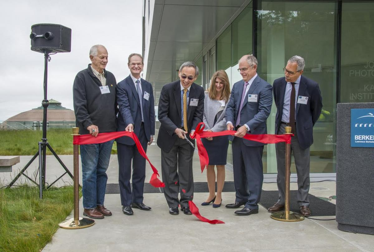 Cutting the ribbon to Chu Hall, left to right: Berkeley Mayor Tom Bates, Berkeley Lab Director Paul Alivisatos, Steven Chu, Laura Baxter-Simons and Mark Heising, and UC Berkeley Provost Claude Steele.